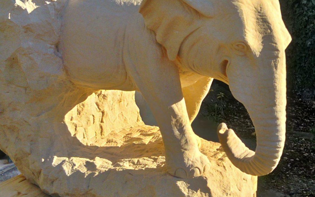 Sculpture sur pierre de Caen d'un éléphant