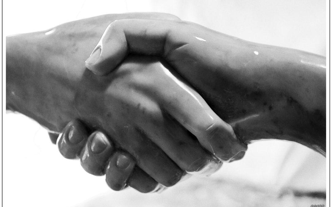"""Sculpture en marbre de Carrare """"Poignée de mains"""""""