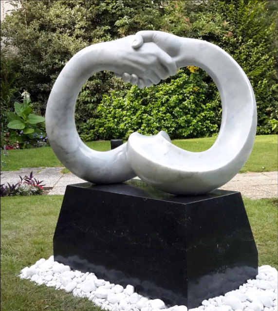 """Sculpture sur marbre d'Arabescato """"Anneau de Moebius"""""""