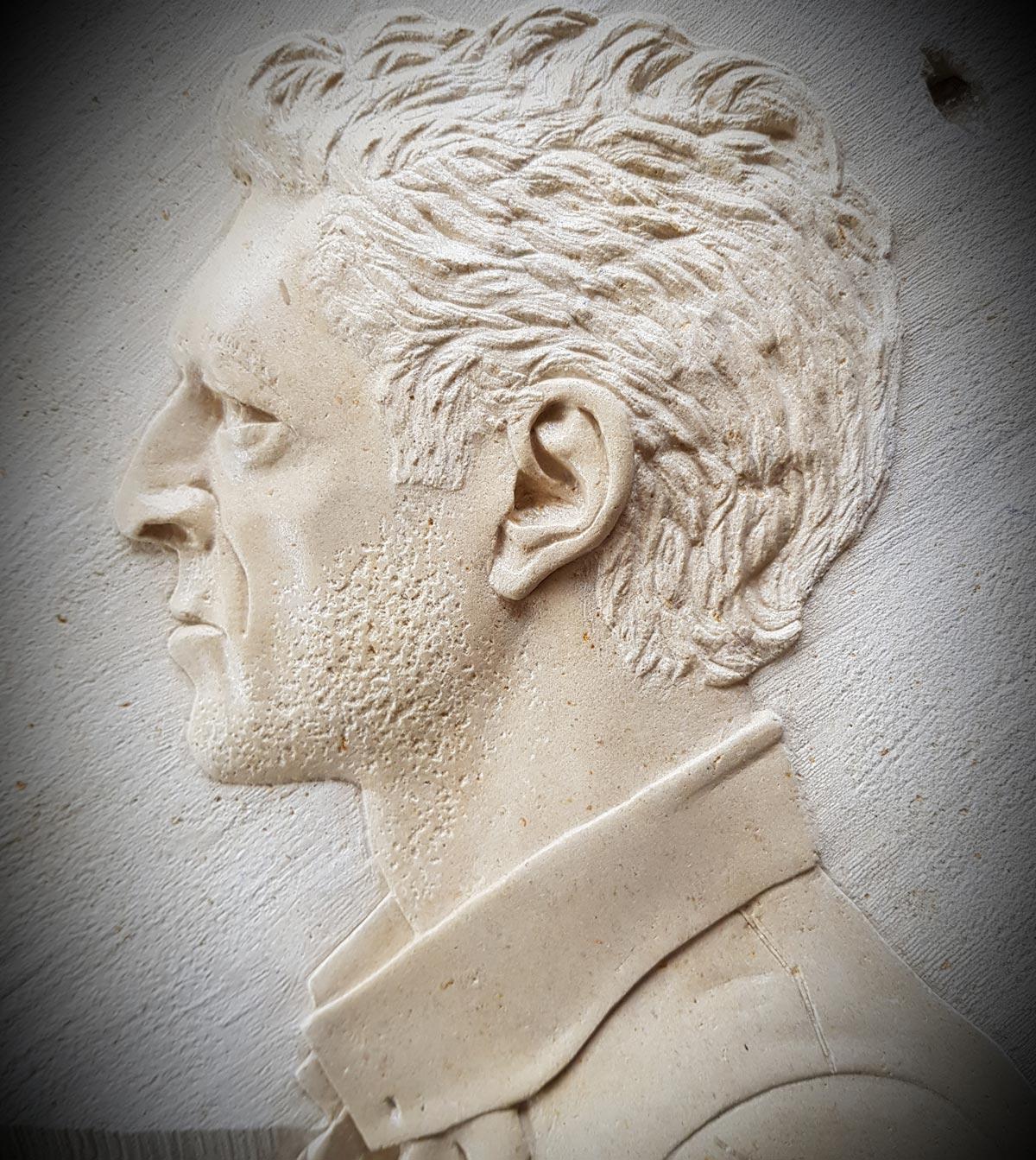 Sculpture en pierre de Caen - Bas rélief de Vincent Cassel -Sculpteur de pierre en Normandie Morgan Roulland