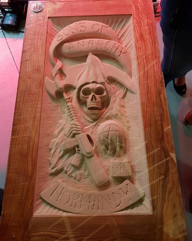 Table sculpté en pierre de Caen inspiré de la serie Sons Of Anarchy